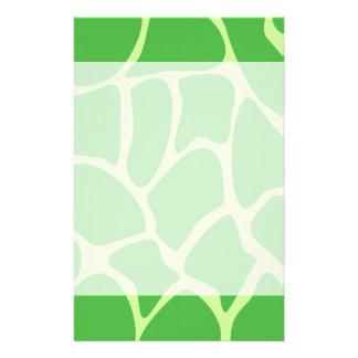 Modelo del estampado de girafa en verde de la selv folleto 14 x 21,6 cm
