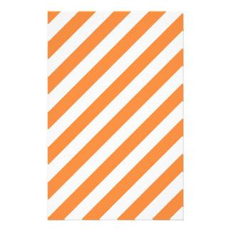 Modelo diagonal del naranja y blanco de las rayas flyer