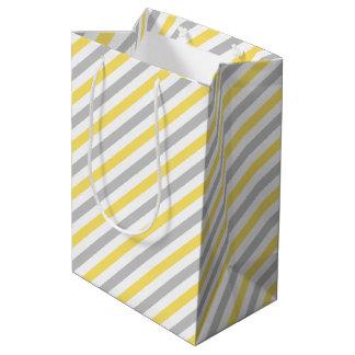 Modelo diagonal gris y amarillo de las rayas bolsa de regalo mediana