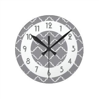Modelo elegante de Quatrefoil - blanco gris Reloj Redondo Mediano