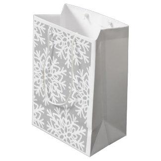Modelo elegante del copo de nieve bolsa de regalo mediana