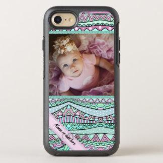 Modelo en colores pastel geométrico femenino de la funda OtterBox symmetry para iPhone 7