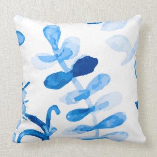 Modelo floral de la acuarela del añil azul cojín decorativo