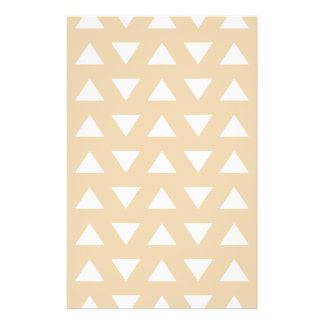 Modelo geométrico beige con los triángulos folleto 14 x 21,6 cm