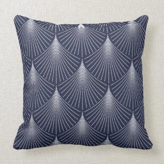 Modelo geométrico del art déco blanco en azul cojín decorativo