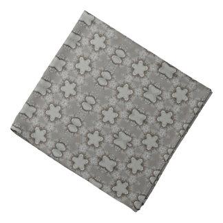 Modelo geométrico divertido con gris plateados de bandana