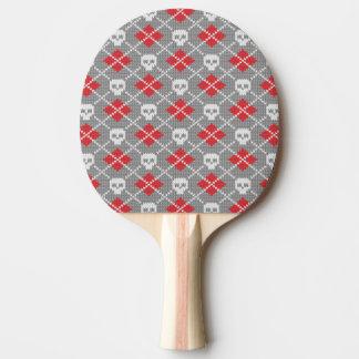 Modelo hecho punto con los cráneos pala de ping pong