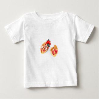 Modelo humano del corazón aislado en el fondo camiseta de bebé