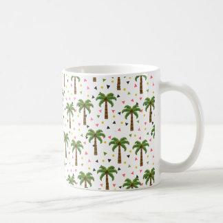 Modelo lindo con las palmeras y las formas taza de café