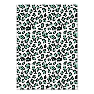 Modelo negro del estampado de animales del leopard invitación personalizada
