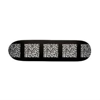 Modelo negro y gris de la impresión del guepardo monopatín