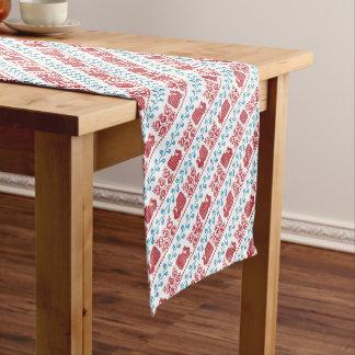 Modelo nórdico del bordado (pavo real y flores) camino de mesa corto