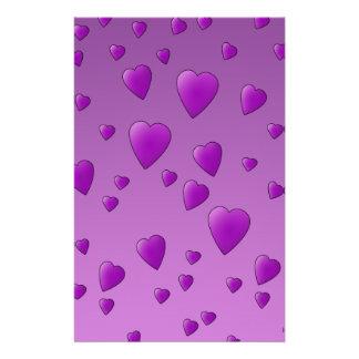 Modelo púrpura de los corazones del amor folleto 14 x 21,6 cm