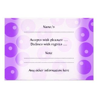 Modelo púrpura retro de los círculos invitaciones personales