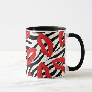 Modelo rayado de la cebra y taza de café roja de
