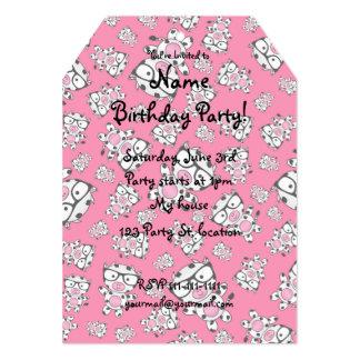 Modelo rosado de la vaca del empollón invitación personalizada