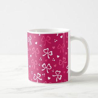 Modelo rosado de los corazones de las cintas del taza de café