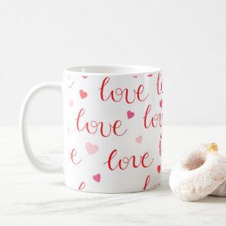 Modelo rosado rojo de los corazones del amor del taza de café