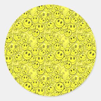 modelo sonriente de la cara pegatina redonda
