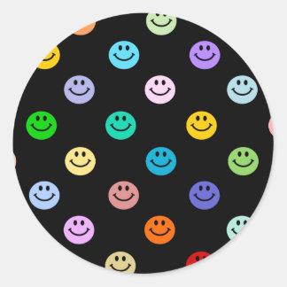 Modelo sonriente multicolor de la cara del arco pegatina redonda