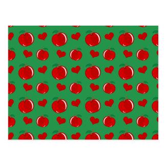 Modelo verde de los corazones de la manzana tarjeta postal