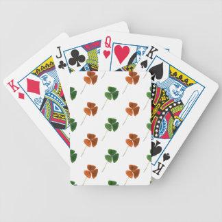 Modelo verde y anaranjado del trébol barajas de cartas