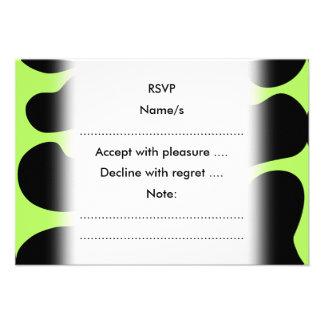 Modelo verde y negro enrrollado de la vaca invitación personalizada