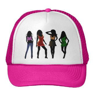 Modelos de los chicas de la moda en los gorras