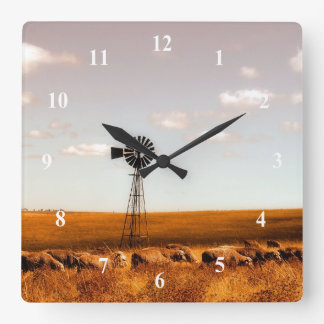Molino de viento en el reloj de pared de la granja