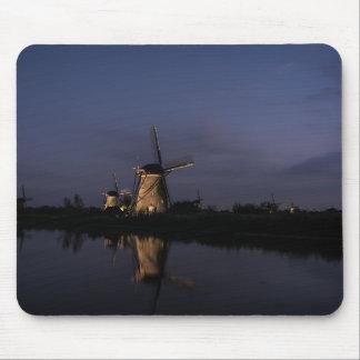 Molino de viento iluminado en la hora azul alfombrilla de ratón