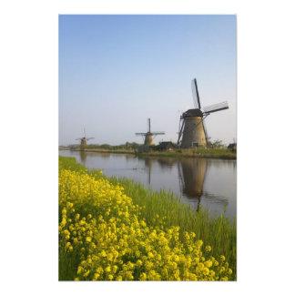 Molinoes de viento a lo largo del canal en Kinderd Impresión Fotográfica