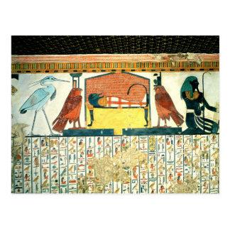 Momia en una cama fúnebre con diversas divinidades postales