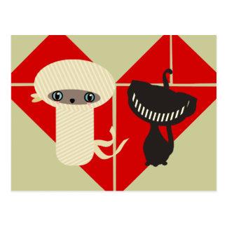 momia y gato negro postal