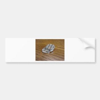 Monedas metálicas en blanco en la tabla de madera pegatina para coche