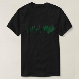 Moniter cardiaco que exhibe el corazón camiseta