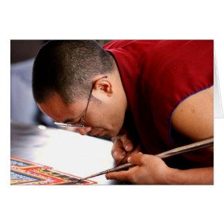 Monje budista que crea la mandala tarjeta