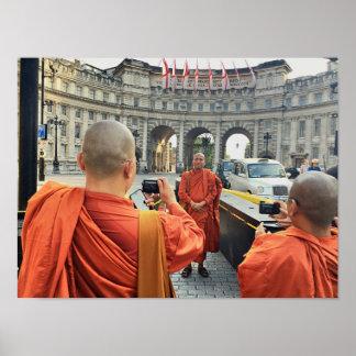 Monjes budistas en el poster de Londres Póster