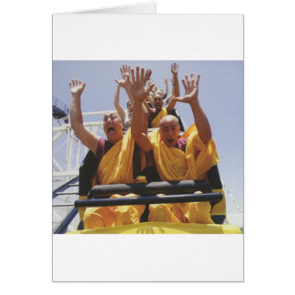 Monjes budistas felices en una montaña rusa tarjeta