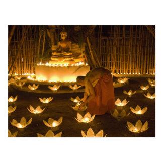 Monjes que encienden velas y las linternas loy del postal