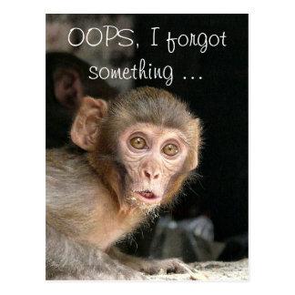 Mono asustado con la tarjeta de texto grande de postal