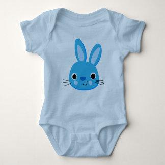 Mono azul lindo del conejo camisas