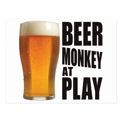 Mono de la cerveza tarjeta postal