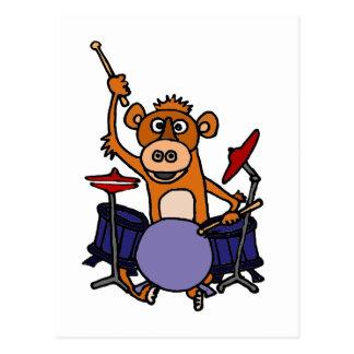 Mono divertido que juega los tambores postal