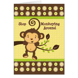 Mono lindo en tarjeta de cumpleaños de la rama de