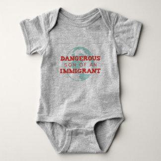 Mono político cargado del bebé body para bebé
