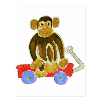 Mono que se sienta en el carro postal