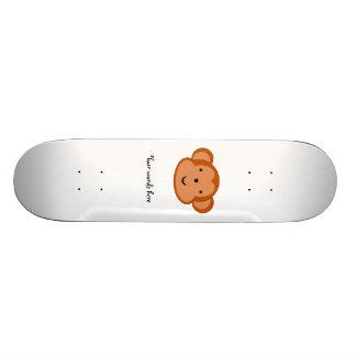 Mono sonriente tabla de patinar