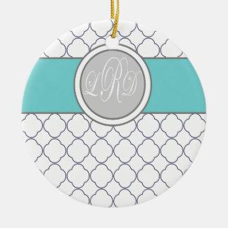 Monogram quatrefoil adorno navideño redondo de cerámica