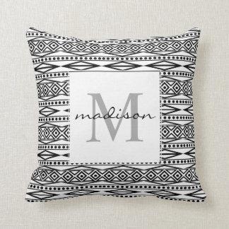 Monograma azteca tribal negro blanco moderno de cojín decorativo