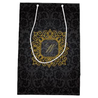 Monograma cuadrado adornado en el damasco negro bolsa de regalo mediana